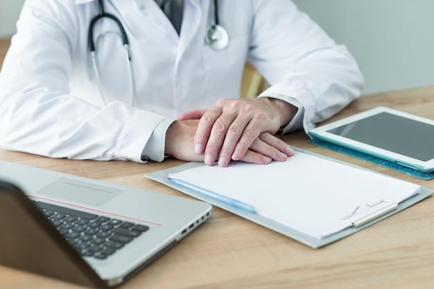 Crop doctor sentado perto de dispositivos no escritório