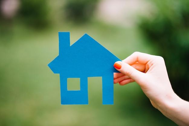 Crop, mulher, segurando, azul, casa