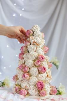 Croquembouche zefir com flores rosas
