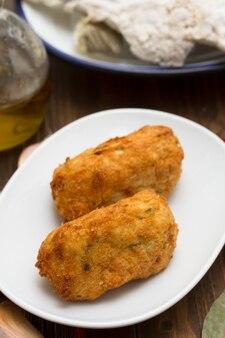 Croquete de bacalhau no prato