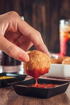 Croquete de queijo frito com aperitivo brasileiro servido com ketchup