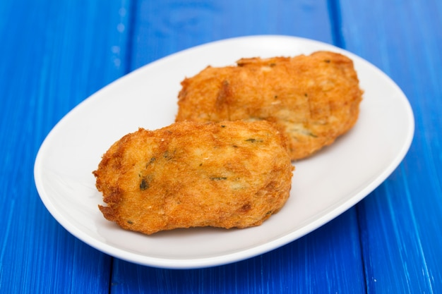 Croquetes de peixe no prato branco