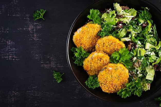 Croquetes de peixes caseiros de peixe branco em mil-folhas empanadas. bolinhos de bacalhau picado. almoço ou jantar delicioso e nutritivo. vista superior, sobrecarga
