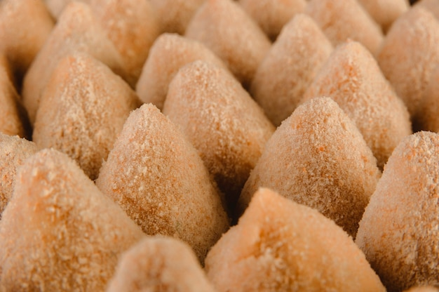 Croquetes empanados crus brasileiros