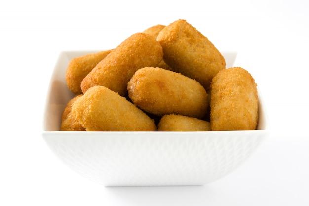 Croquetes espanhóis fritos tradicionais isolados no branco