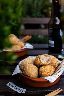 Croquetes espanhóis tradicionais com presunto jamon