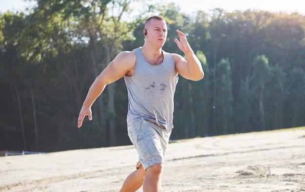 Cross-country ao ar livre correndo no conceito de amanhecer para o exercício, fitness.