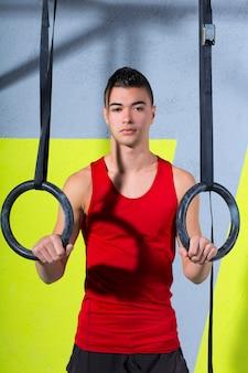 Crossfit dip anel jovem manman relaxado após treino