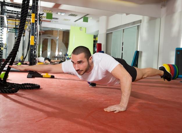 Crossfit fitness homem equilíbrio pus ups com uma perna e braço