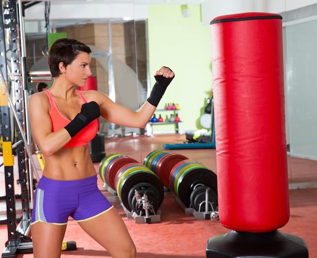 Crossfit mulher boxe com saco de pancadas vermelho