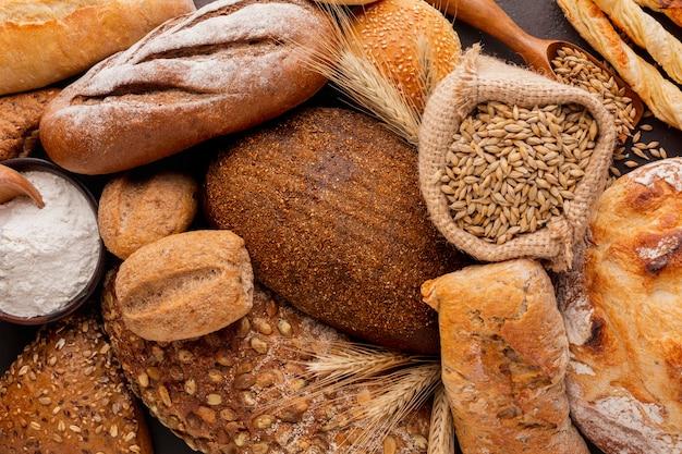 Crosta de pão em uma variedade de bolos