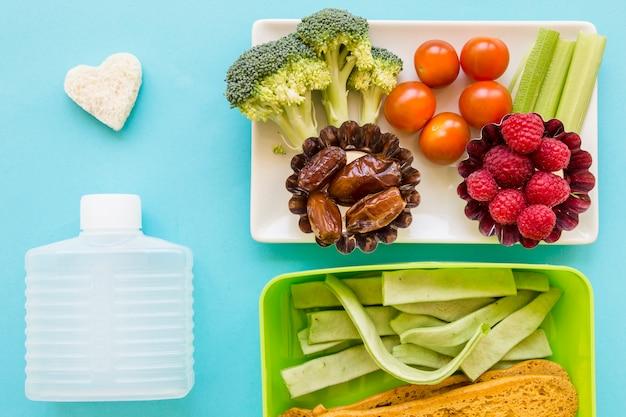 Crouton e garrafa perto de comida saudável