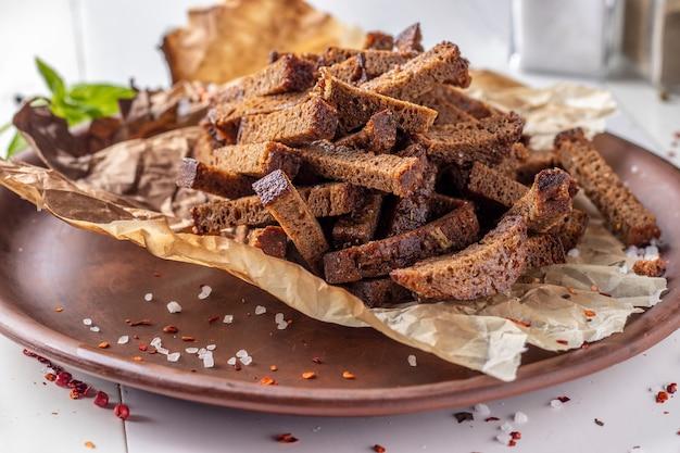 Croutons de pão de centeio em um prato marrom