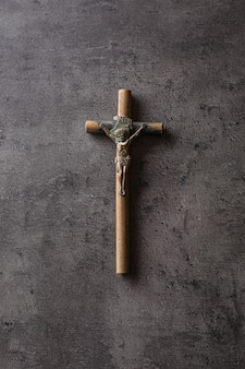 Crucifixo vintage com jesus cristo na mesa de concreto.