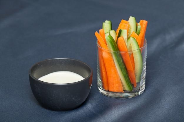 Crudites é um conjunto de vegetais crus frescos cortados em tiras finas com molho de queijo caseiro.