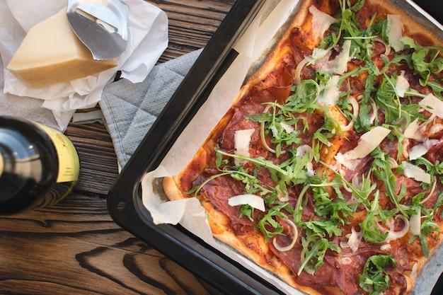 Crudo de presunto de pizza caseira e rúcula