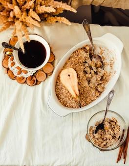 Crumble inglesa com close-up das maçãs na toalha de mesa de linho branca. estilo rústico horizontal.