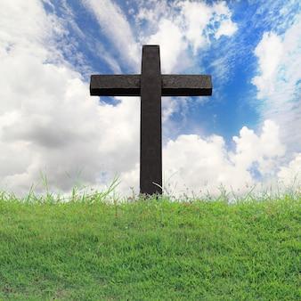 Cruz contra no céu azul