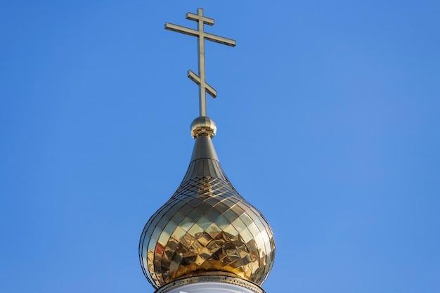 Cruz cristã contra o céu azul. igreja ortodoxa. foto de alta qualidade
