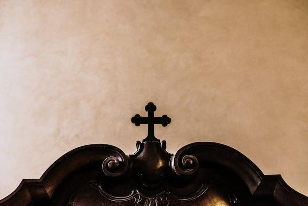 Cruz cristã feita de madeira
