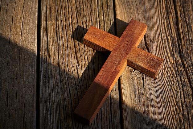 Cruz cristã na madeira sobre madeira