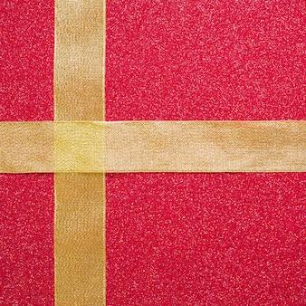 Cruz de fitas em fundo vermelho