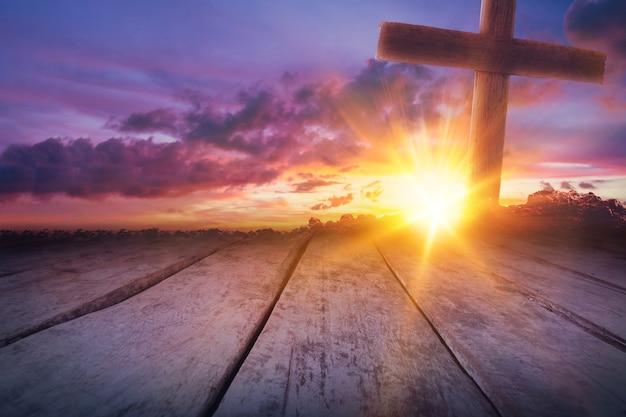 Cruz de madeira como pôr do sol com um lindo céu sobre fundo de madeira, a crucificação de jesus