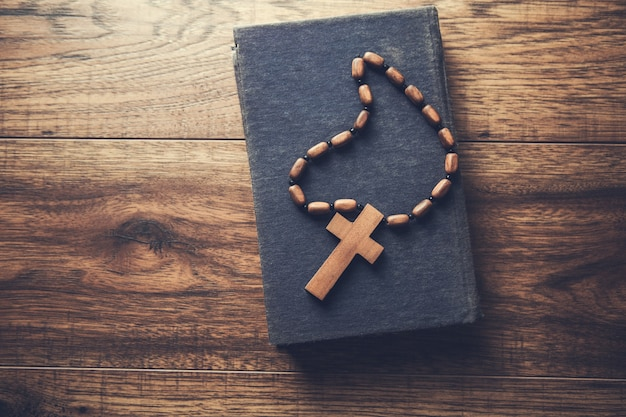 Cruz de madeira na bíblia sobre a mesa