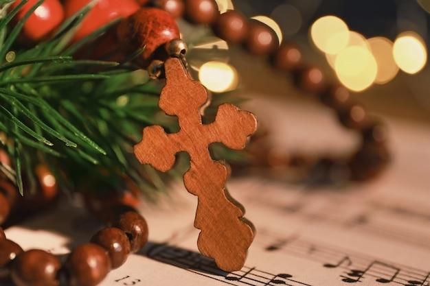 Cruz de madeira na partitura