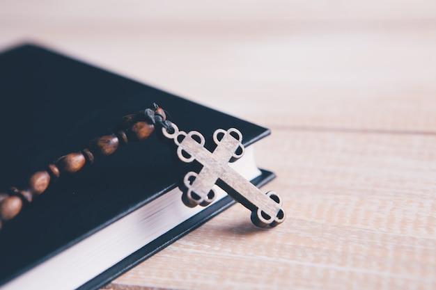 Cruz de madeira no livro