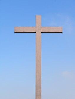 Cruz de madeira sobre o céu azul