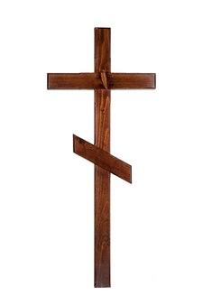 Cruz de madeira tradicional para a sepultura. isolado