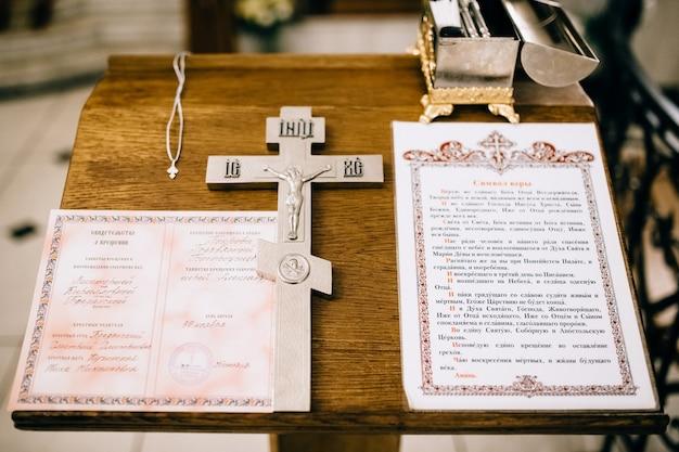 Cruz e bíblia em uma prateleira de madeira
