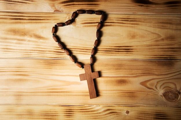 Cruz em uma mesa de madeira