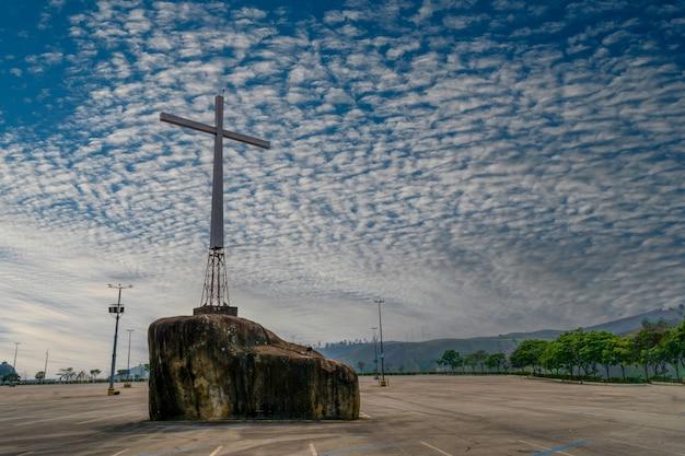 Cruz erguida sobre rocha no santuário nacional de aparecida