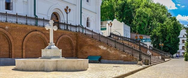 Cruz memorial na entrada da catedral da assunção em svyatogorsk lavra em um dia ensolarado de verão