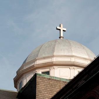 Cruz na cúpula do telhado em boston, massachusetts, eua