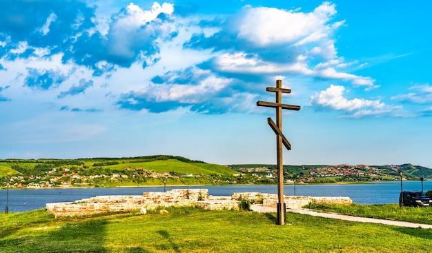 Cruz ortodoxa de madeira com vista para o rio volga em sviyazhsk - tartaristão, rússia