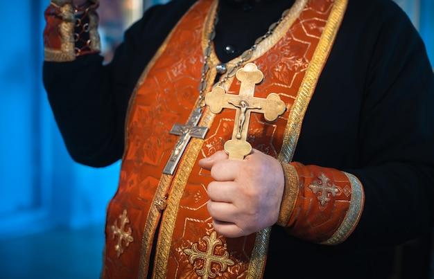 Cruz ortodoxa na mão do padre