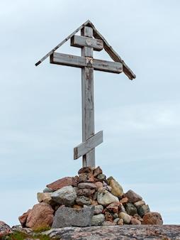Cruz ortodoxa para a costa de pedra do mar de barents