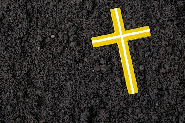 Cruz ou crucifixo feito de cinzas, poeira ou areia. quarta-feira de cinzas. quaresma religião cristã.