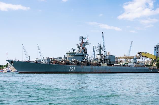 Cruzador de mísseis moscou ancorado na baía de sevastopol