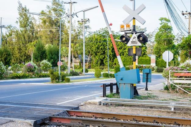 Cruzamento de ferrovia com barreiras