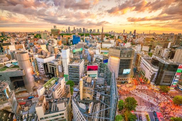 Cruzamento de shibuya visto de cima ao crepúsculo em tóquio, japão