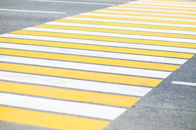 Cruzamento de zebra pintado no detalhe do asfalto de um sinal de circulação
