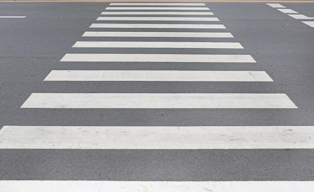Cruzamento pedestre da zebra do close-up.