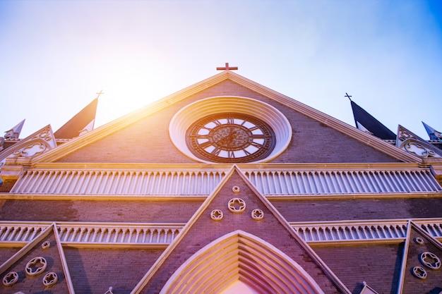 Cruzamento rural da igreja de madeira Foto gratuita