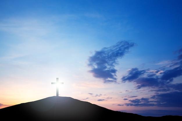 Cruze na colina ao pôr do sol