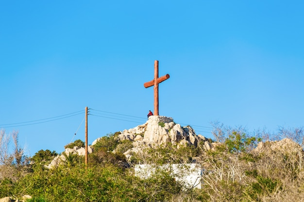 Cruze no pico da montanha. símbolo religioso cristão