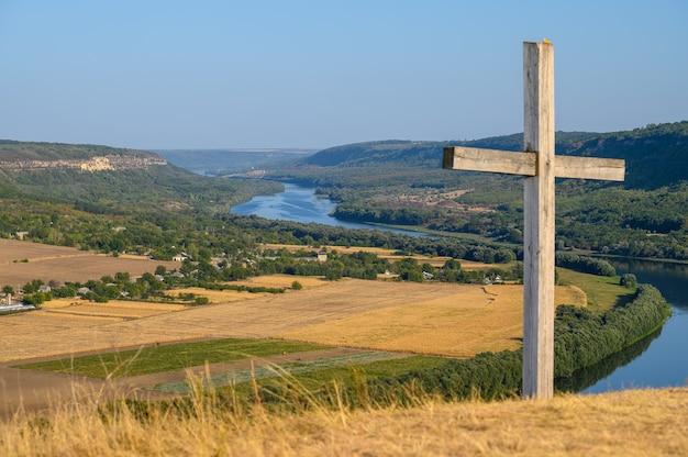 Cruze no topo da colina e veja o rio dniester perto da vila de socola, distrito de soldanesti, moldávia